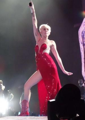 Miley Cyrus Bangerz Tour: Hot Photos -20