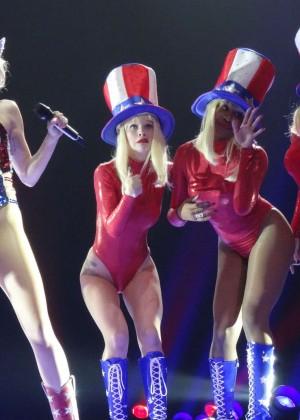 Miley Cyrus Bangerz Tour: Hot Photos -30