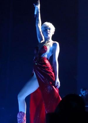 Miley Cyrus Bangerz Tour: Hot Photos -34