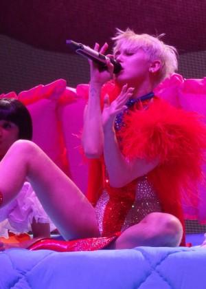 Miley Cyrus Bangerz Tour: Hot Photos -45