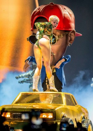 Miley Cyrus Bangerz Tour: Hot Photos -49
