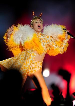 Miley Cyrus - Bangerz Tour in Buenos Aires -02