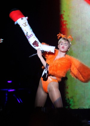 Miley Cyrus - Bangerz Tour in Buenos Aires -04