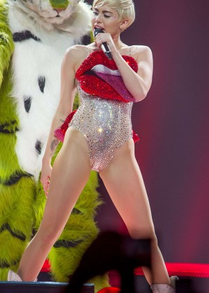 Miley Cyrus: Bangerz Tour in Lyon -06