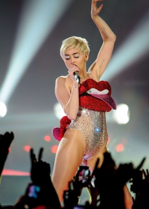 Miley Cyrus: Bangerz Tour in Lyon -10
