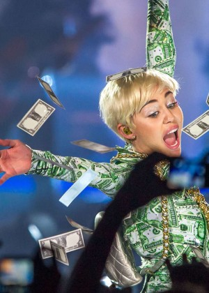 Miley Cyrus: Bangerz Tour in Lyon -12