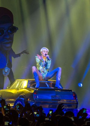 Miley Cyrus: Bangerz Tour in Lyon -14