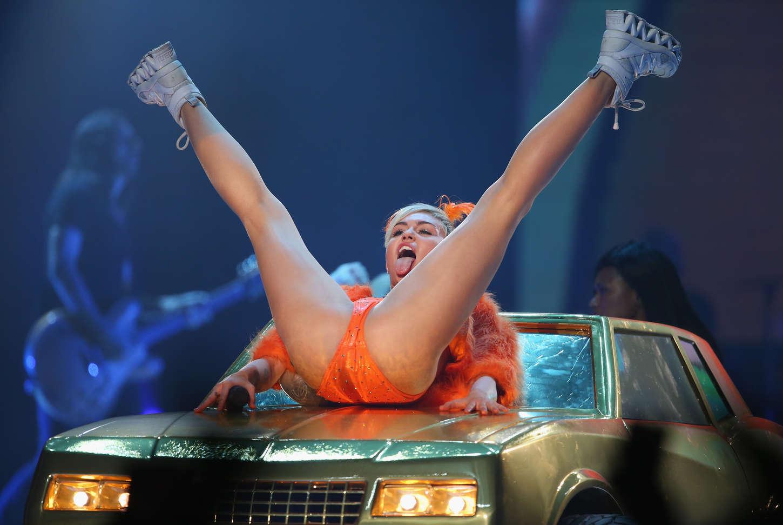 Шлюха голые красавицы выступают на сцене видео онлайн онлайн бассейная вечеринка