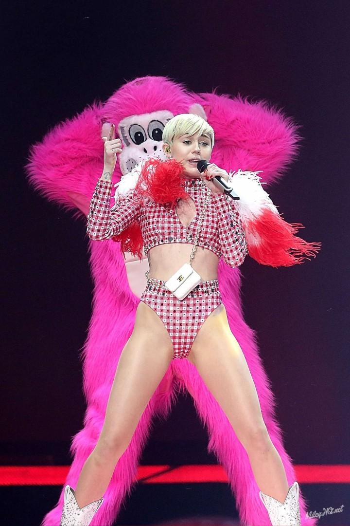 Miley Cyrus: Bangerz Tour in San Antonio 2014 -01