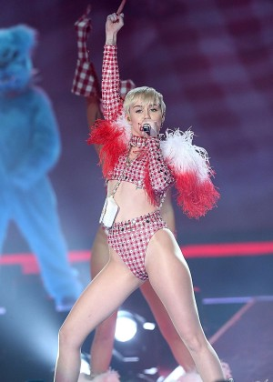Miley Cyrus: Bangerz Tour in San Antonio 2014 -02