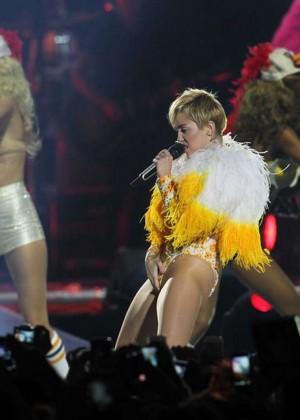 Miley Cyrus: Bangerz Tour in Santiago -08