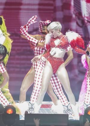 Miley Cyrus: Vancouver 2014 -09