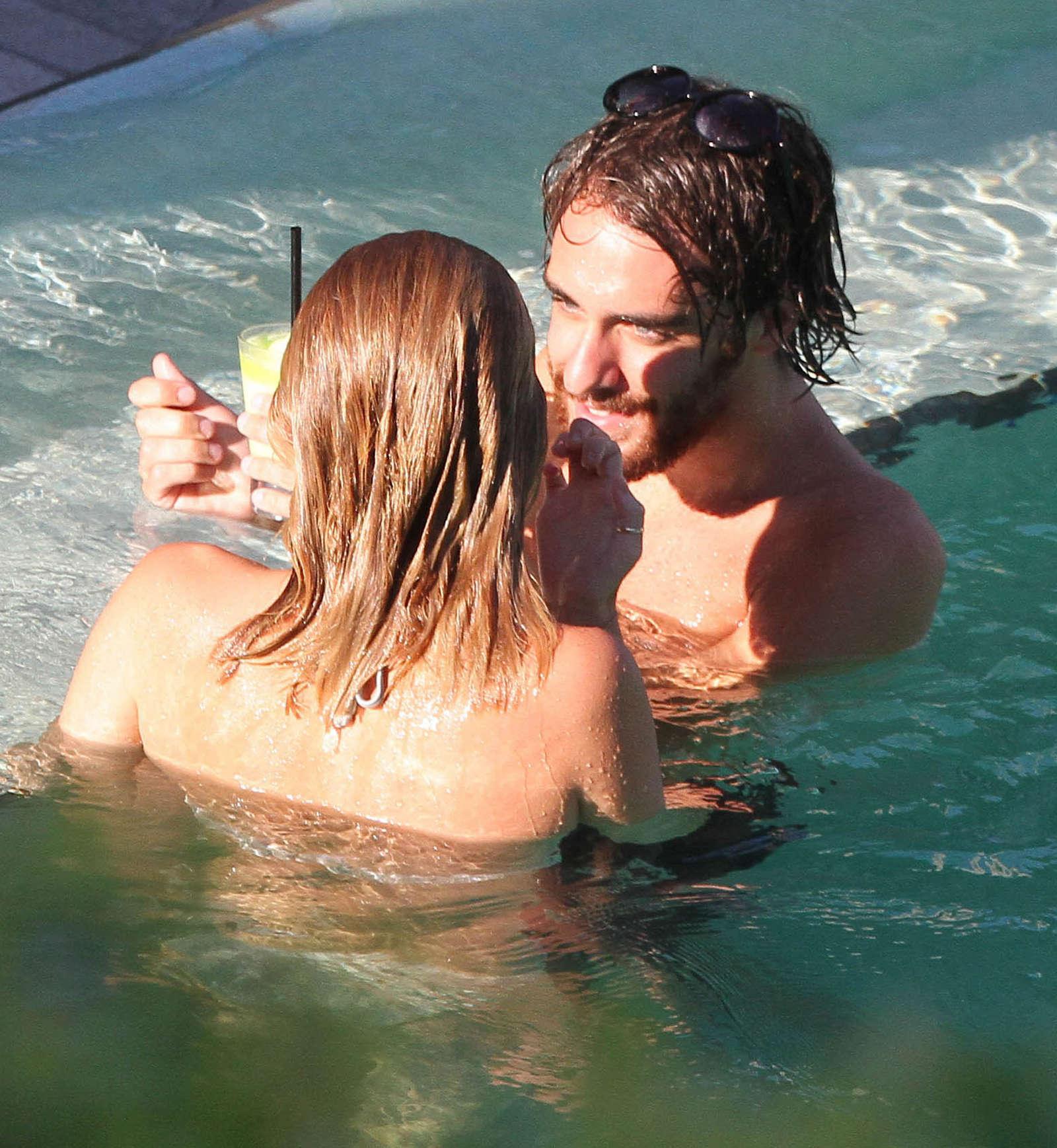 С другом мужа в бассейне 8 фотография