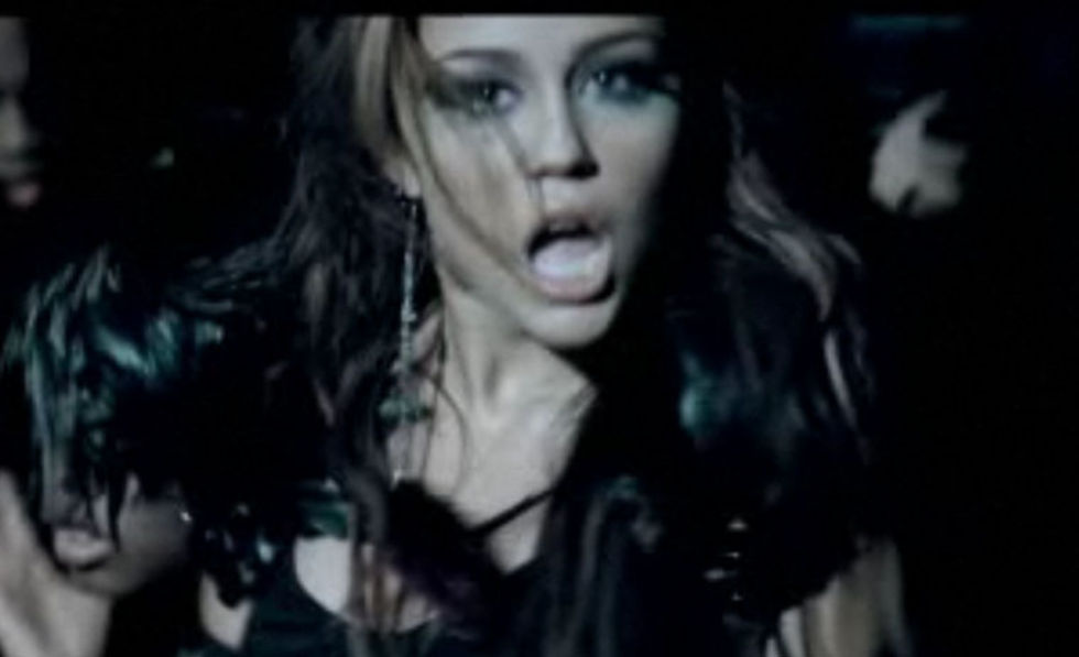 Miley Cyrus 2010 : miley-cyrus-cant-be-tamed-video-stills-03