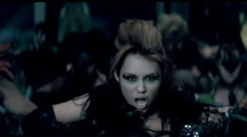 Miley Cyrus 2010 : miley-cyrus-cant-be-tamed-video-stills-04