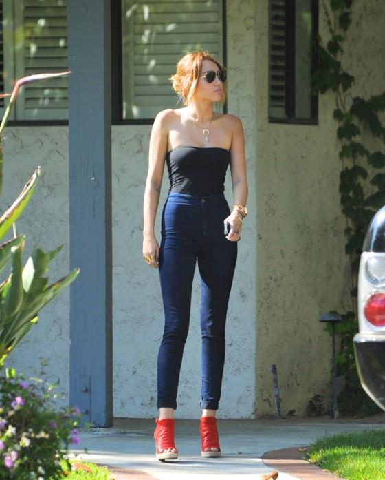Miley Cyrus wear skinny jeans in LA at her boyfriends house