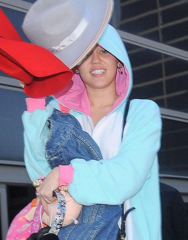Miley Cyrus – LAX Airport in LA