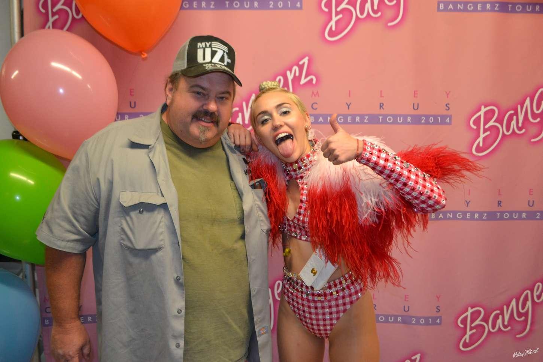 Miley cyrus meet greet at united center in chicago 06 gotceleb m4hsunfo