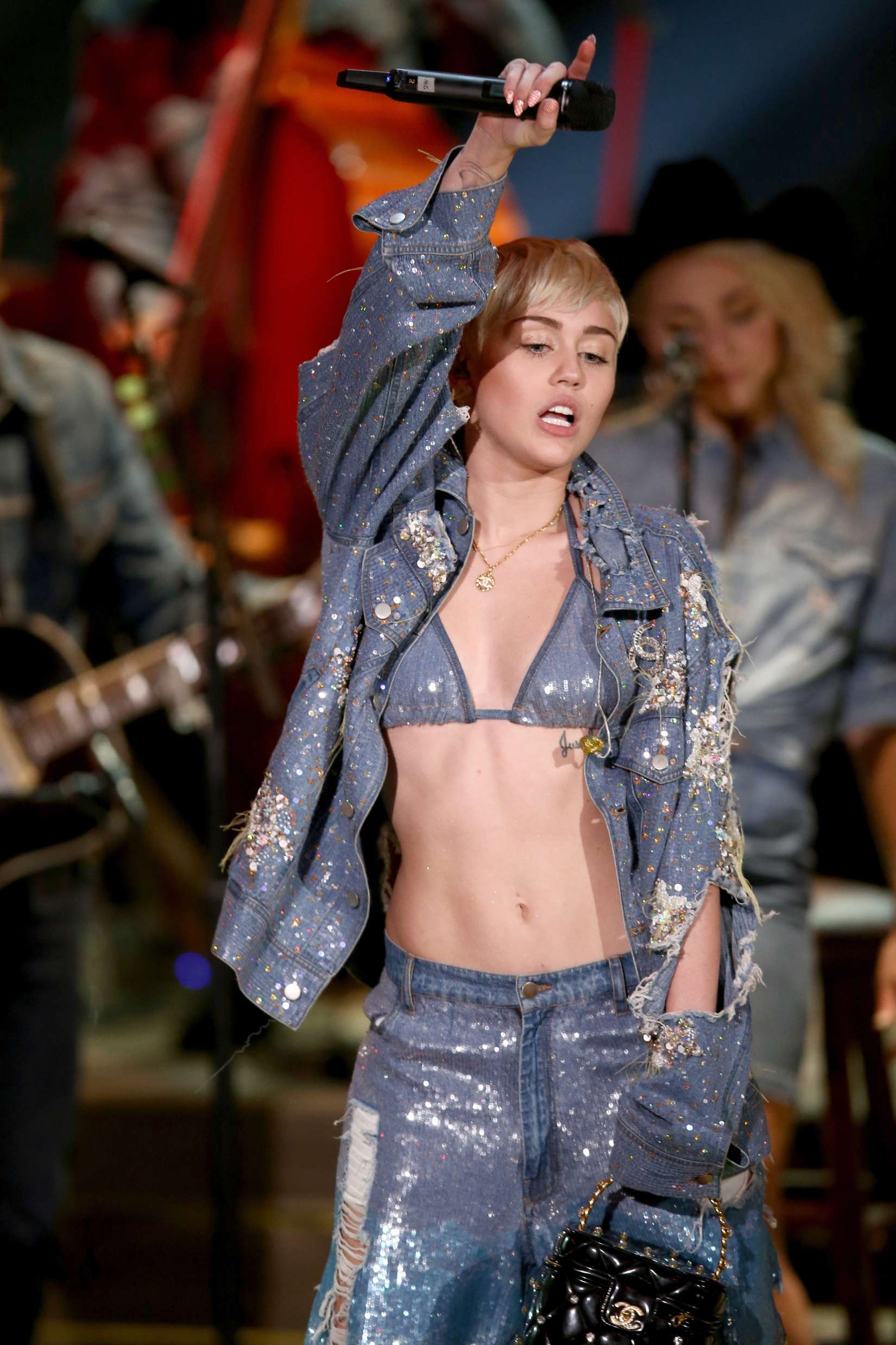 Miley Cyrus And Donkey At Mtv Unplugged 03 Gotceleb