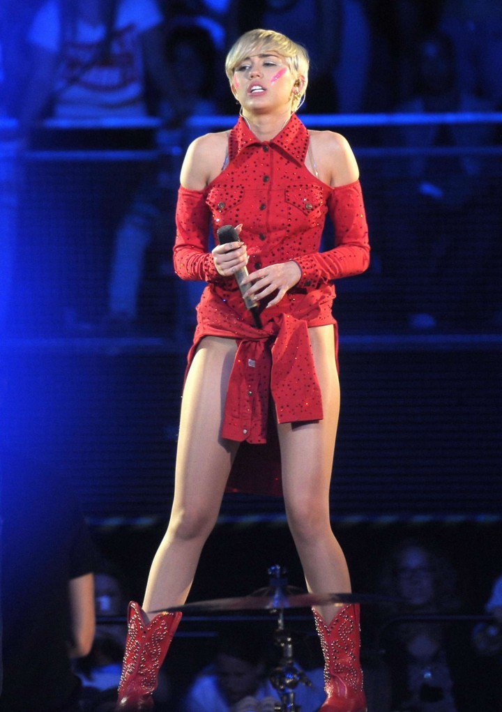 Miley cyrus bangerz tour in tac ass show - 3 5