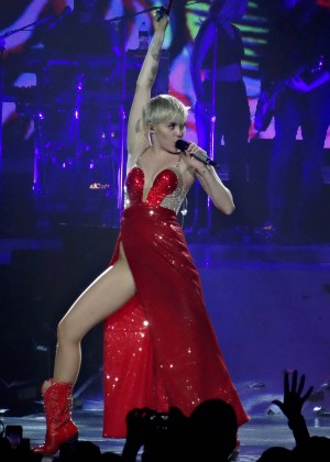 Miley Cyrus: Bangerz Tour in Las Vegas 2014 -18