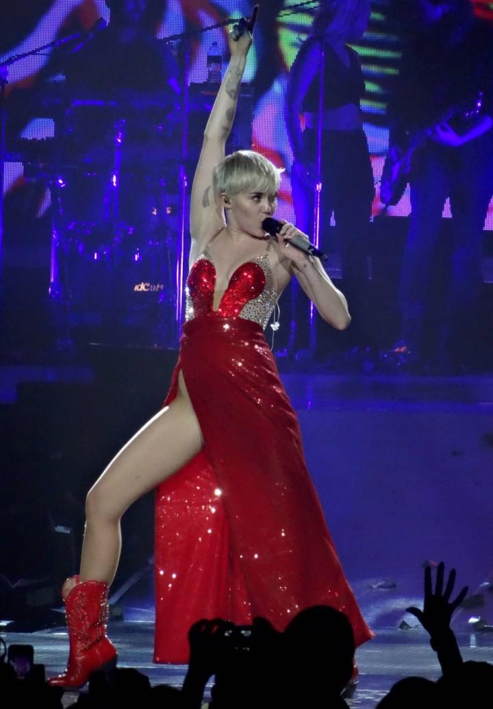 Miley Cyrus: Bangerz Tour in Las Vegas 2014 -18