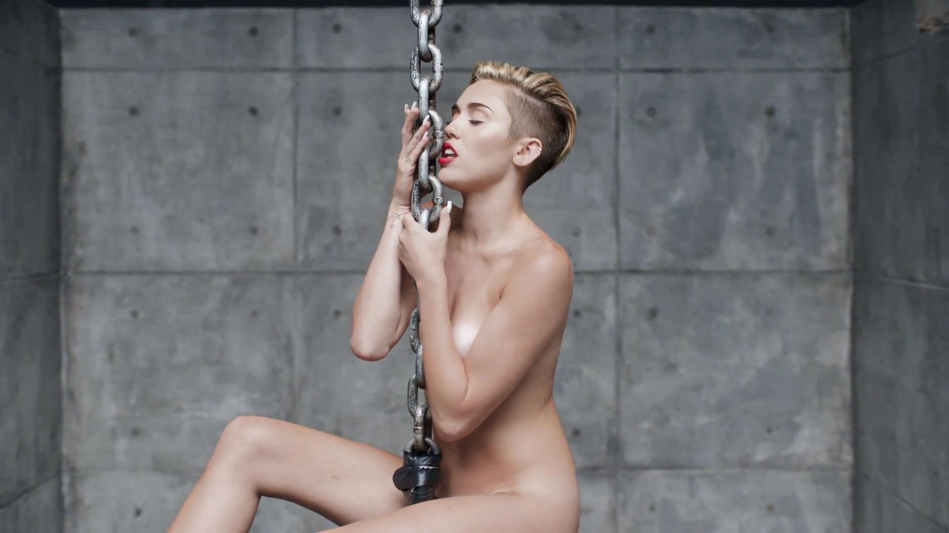 Miley-cyrus-wrecking-ball-video-stills-08