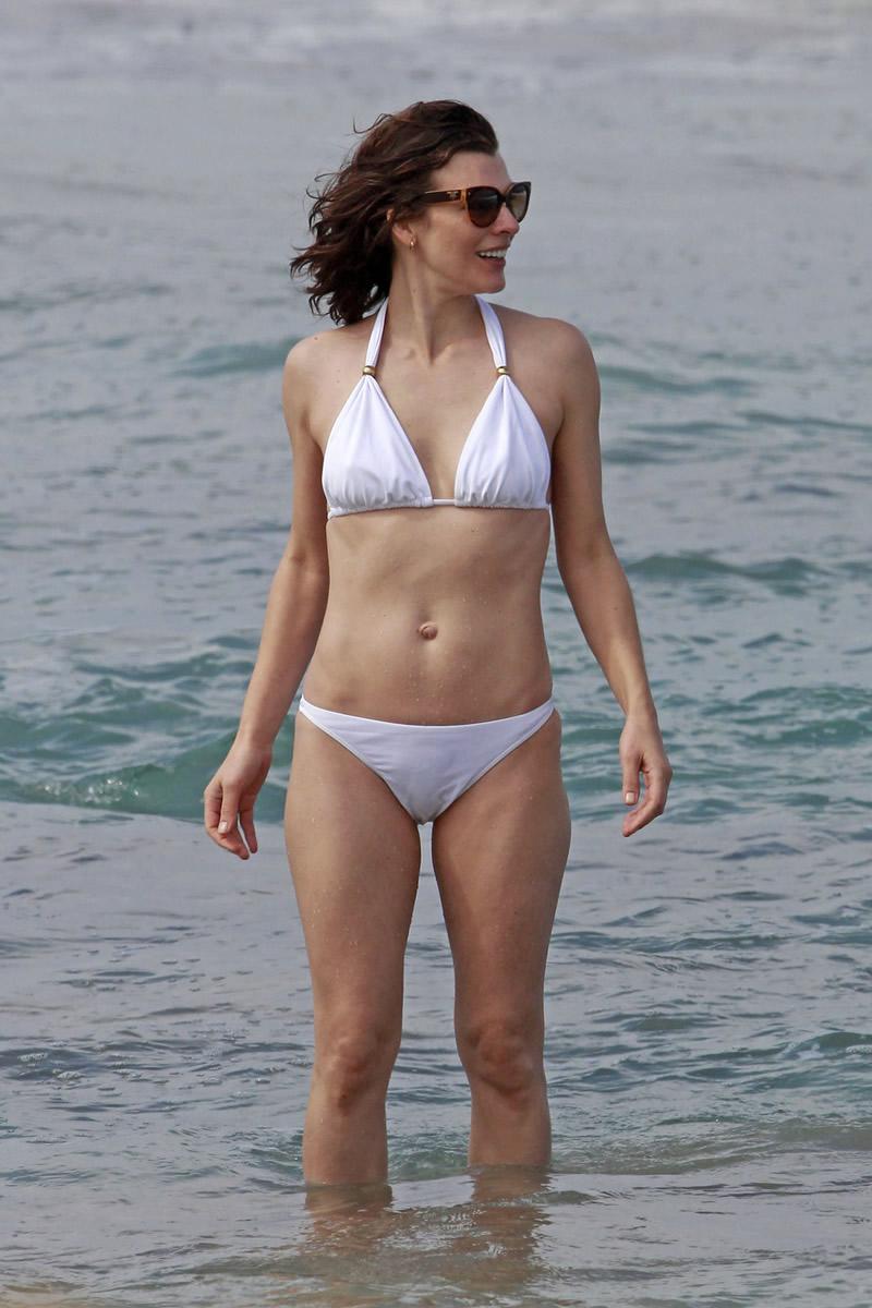 Milla Jovovich in bikini in Maui -08 | GotCeleb милла йовович