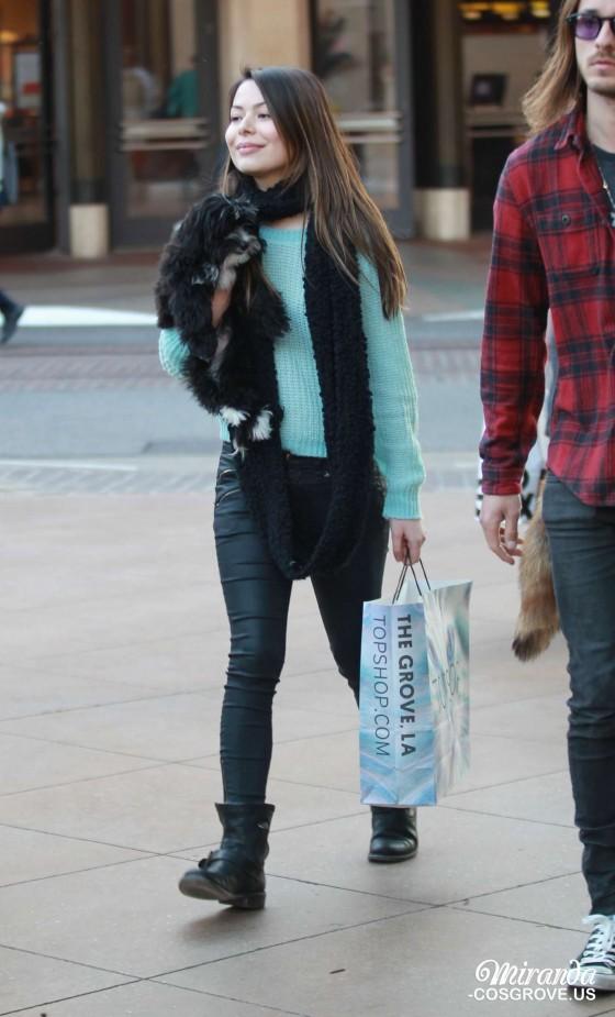 Miranda Cosgrove Shoppng Candids -05