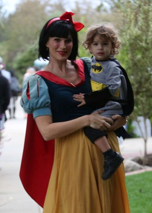 Molly Sims was Snow White - Takes her son trick or treating in LA