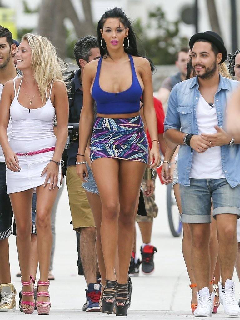 2 femmes en minijupes admirent la branlette french - 4 7