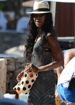 Naomi Campbell in bikini in Ibiza -02