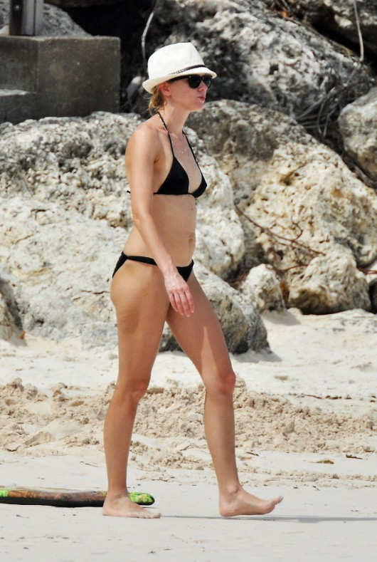 naomi-watts-in-a-black-bikini-on-the-beach-in-barbados-02