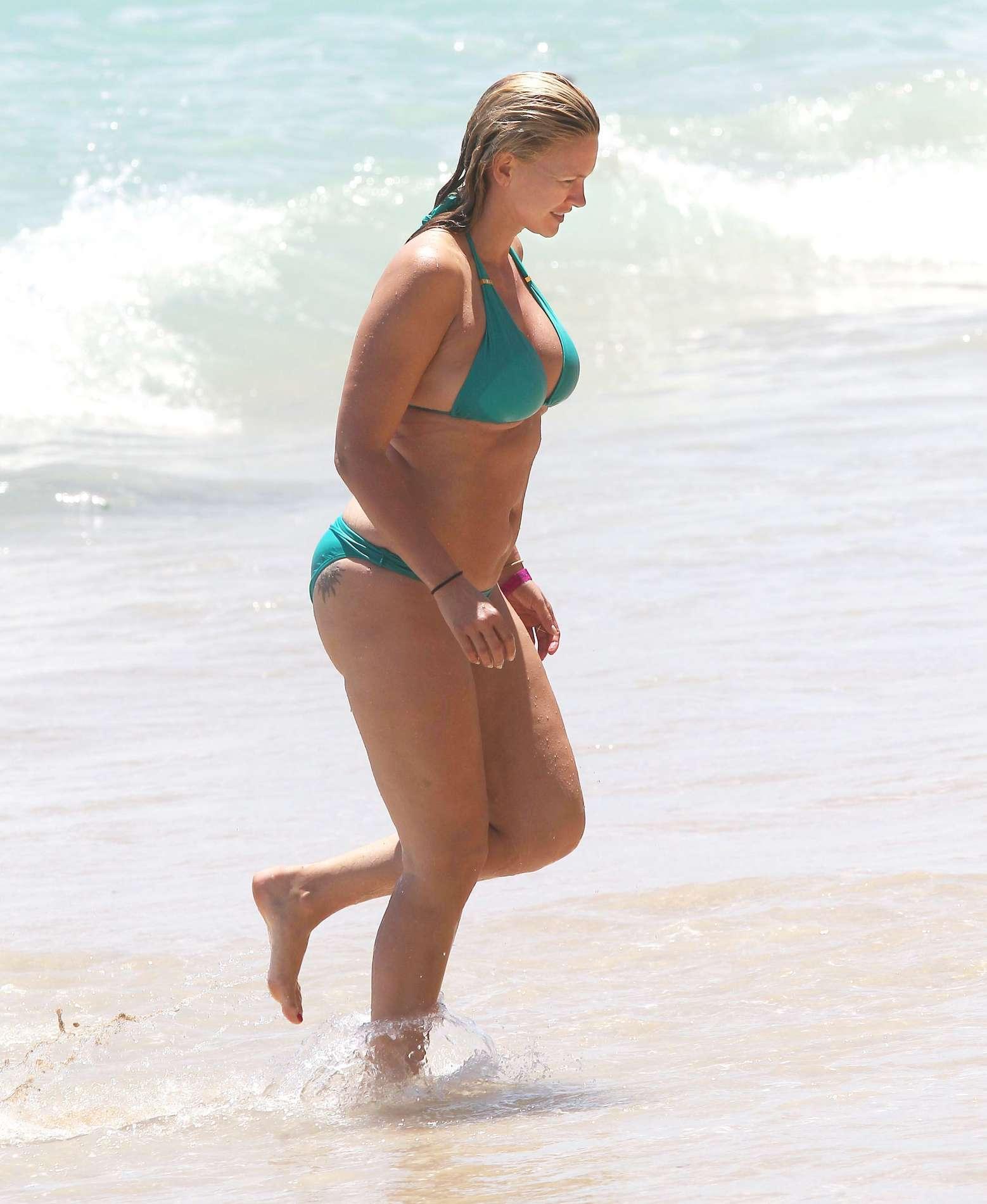 natasha henstridge nude at the beach