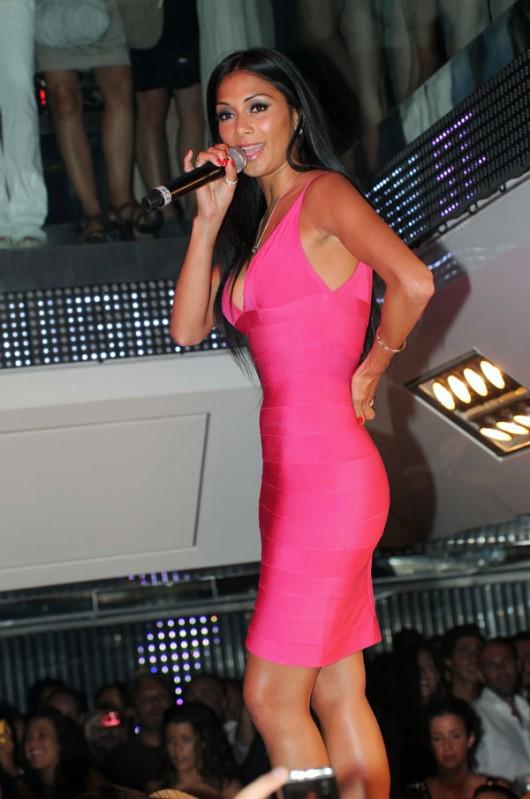 nicole-scherzinger-pink-cleavage-05