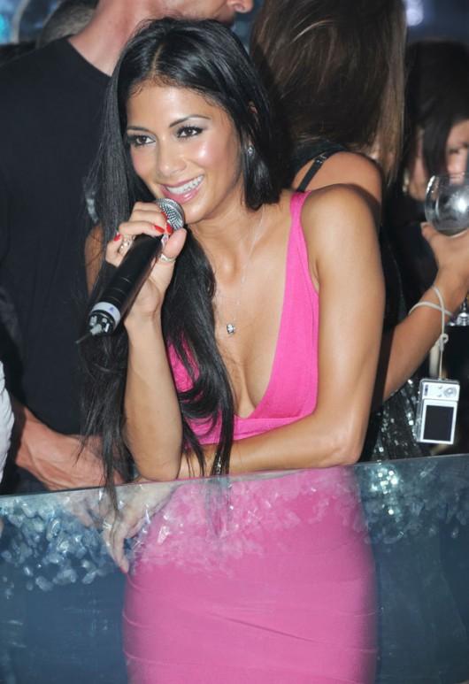 nicole-scherzinger-pink-cleavage-06