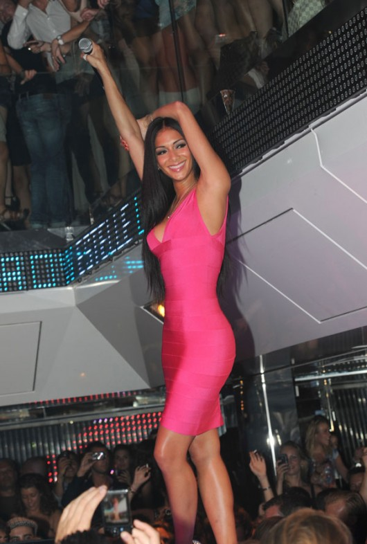 nicole-scherzinger-pink-cleavage-08