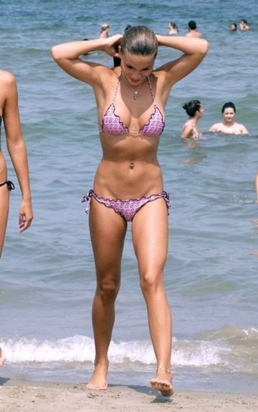 nina-senicar-skimpy-bikini-candids-in-the-sea-of-milano-marittima-06