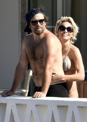 Pamela Anderson: Bikini in Sardinia-03