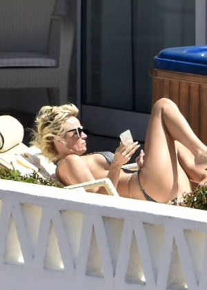 Pamela Anderson: Bikini in Sardinia-05