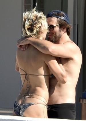 Pamela Anderson: Bikini in Sardinia-14