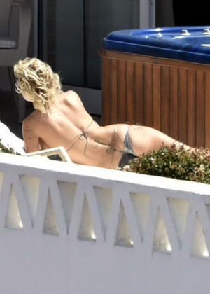 Pamela Anderson: Bikini in Sardinia-19