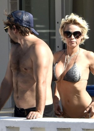 Pamela Anderson: Bikini in Sardinia-40