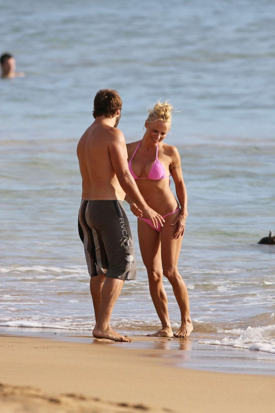 Pamela Anderson bikini photos in Hawaii-01