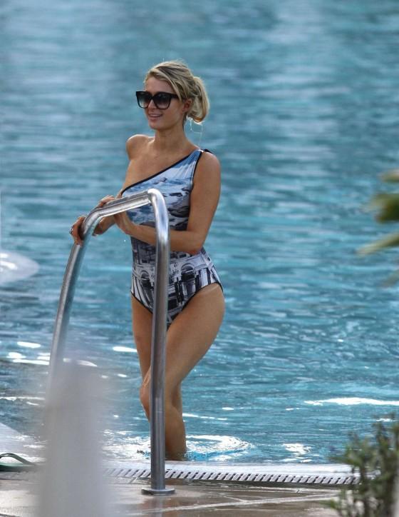 Paris hilton in bikini 06 gotceleb - Paris hilton pool ...
