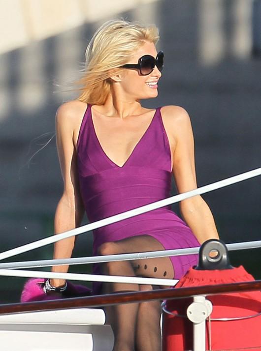 paris-hilton-cleavage-candids-on-boat-03