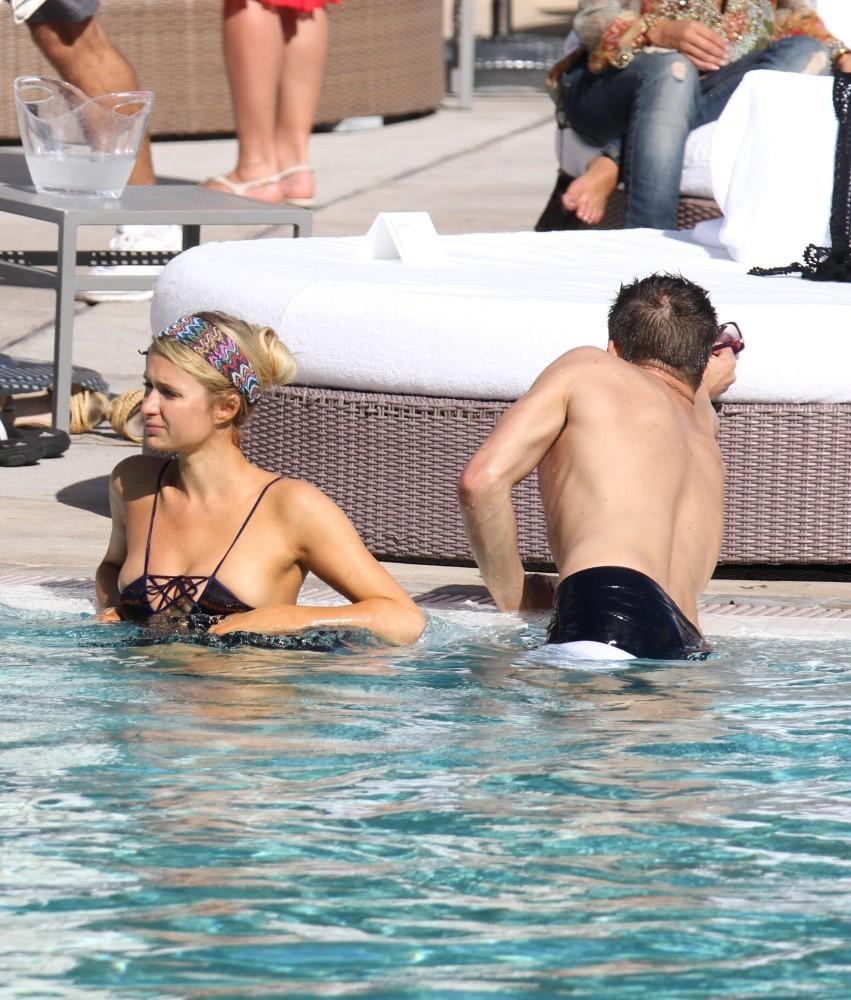 Paris hilton bikini photos 15 gotceleb - Paris hilton pool ...