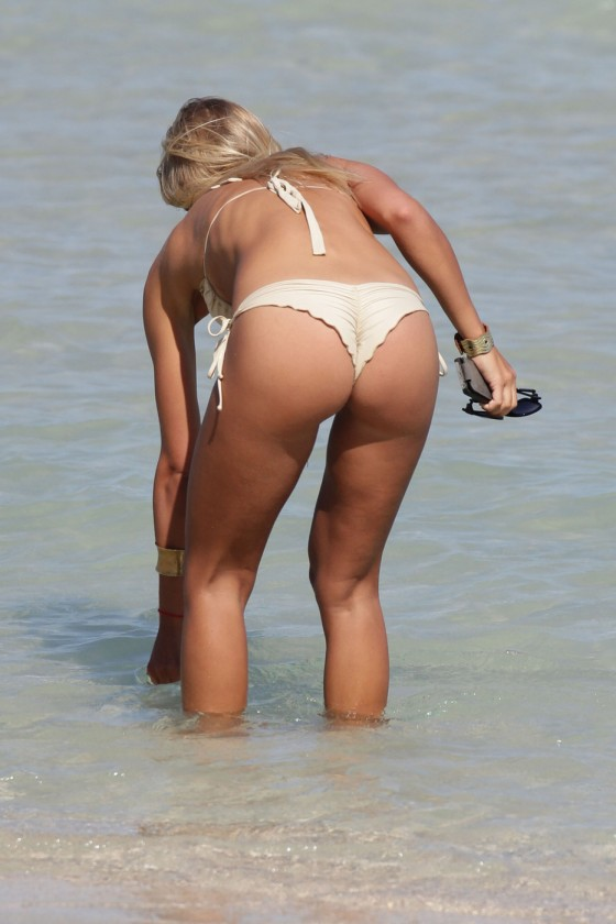 Petra Benova – Seen with a friend in a bikini on a beach in Miami -04