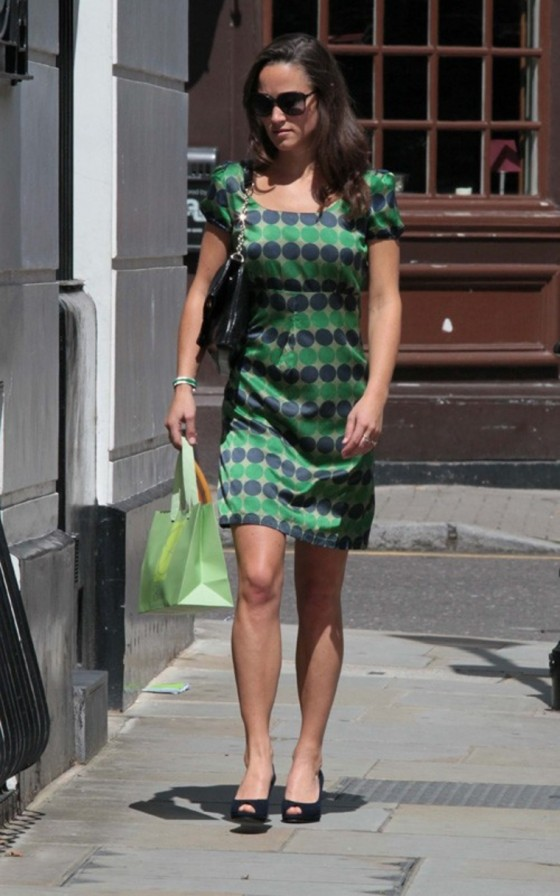 pippa-middleton-wear-blue-green-dotted-dress-out-in-chelsea-02
