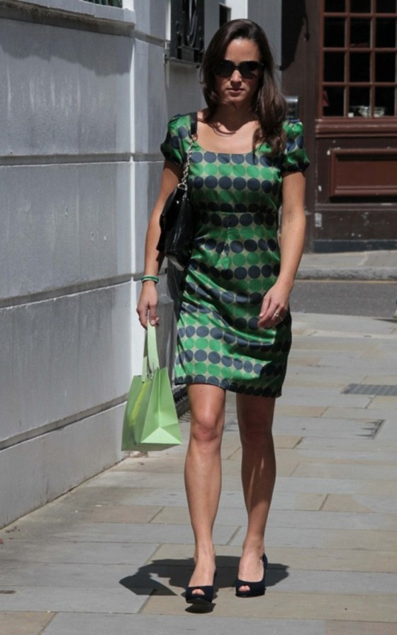 pippa-middleton-wear-blue-green-dotted-dress-out-in-chelsea-04